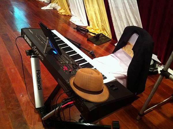 เครื่องดนตรีในงาน ใช้เปียโนไฟฟ้าแค่ตัวเดียว