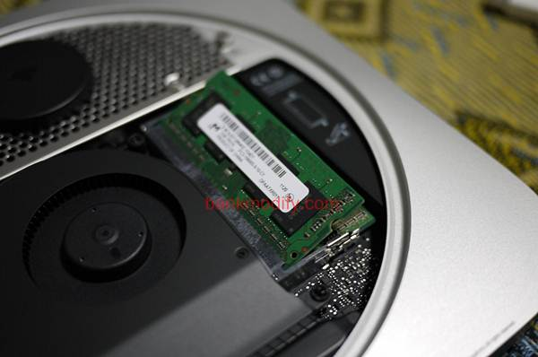เปิดฝาออก พบกับ RAM DDR3 1333 1GB 2 ตัว แงะออกมาซะ