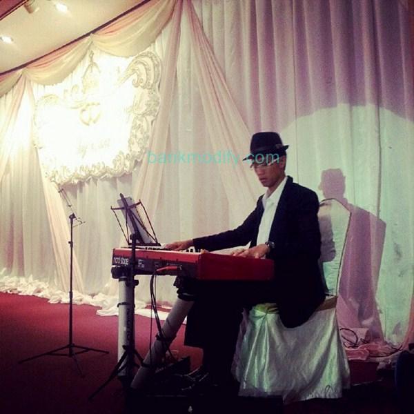 ขณะเล่นเปียโนบนเวที