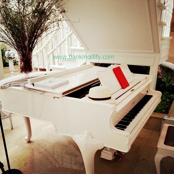 Grand Piano สีขาว ที่ใช้เล่นในงานนี้