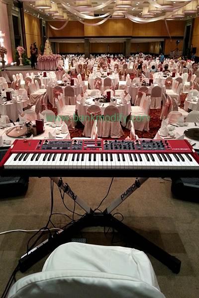 เปียโนไฟฟ้าบนเวที