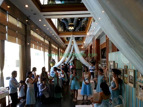 บริเวณหน้าห้องจัดเลี้ยง งานแต่งงาน เพื่อนเจ้าสาวมาในชุดสีฟ้า