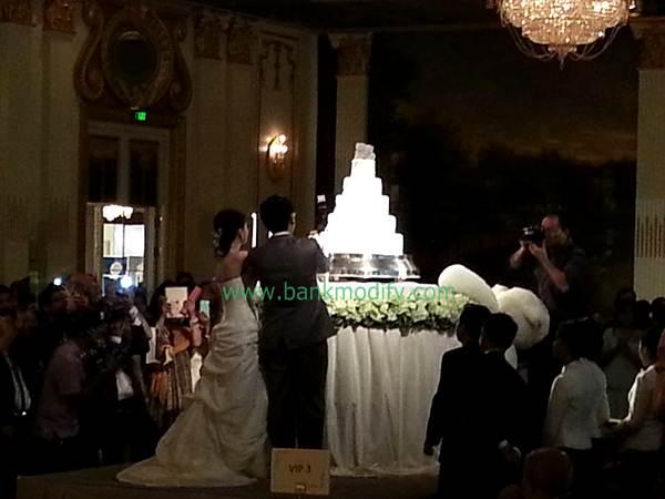 บ่าวสาวขณะตัดเค้กงานแต่งงาน