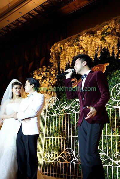 เบล สุพล ร้องเพลงให้กับบ่าวสาวในงานแต่งงาน