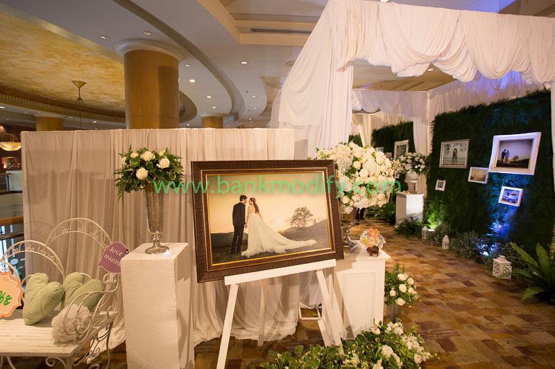 ภาพบ่าวสาวหน้าห้องจัดเลี้ยง งานแต่งงาน