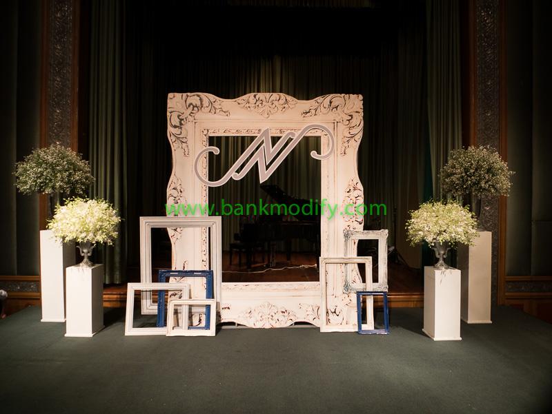 บริเวณเวทีงานแต่งงาน ด้านหลังกรอบรูปเป็นตำแหน่งของนักดนตรี