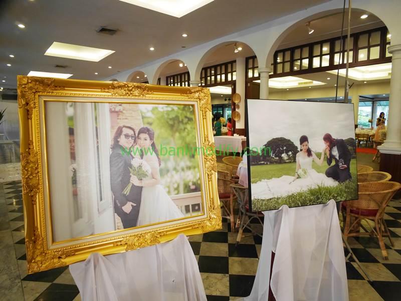 รูปบ่าวสาวบริเวณทางเข้างานแต่งงาน