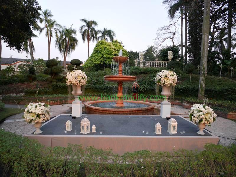 น้ำพุภายในบริเวณจัดงาน ด้านหน้าเป็นเวทีในช่วงพิธีการงานแต่งงาน