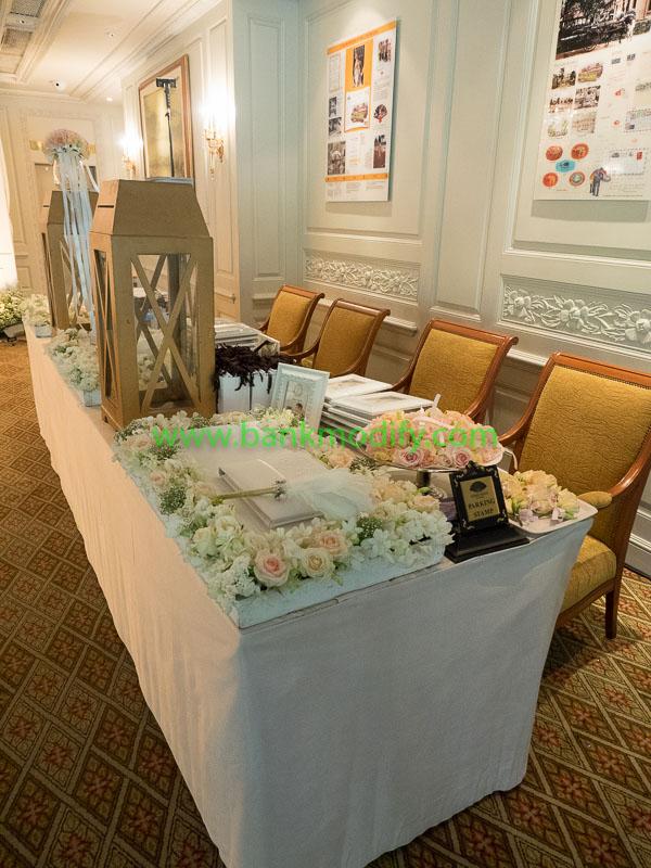 โต๊ะเซ็นสมุดประสาทพรและรับของชำร่วย