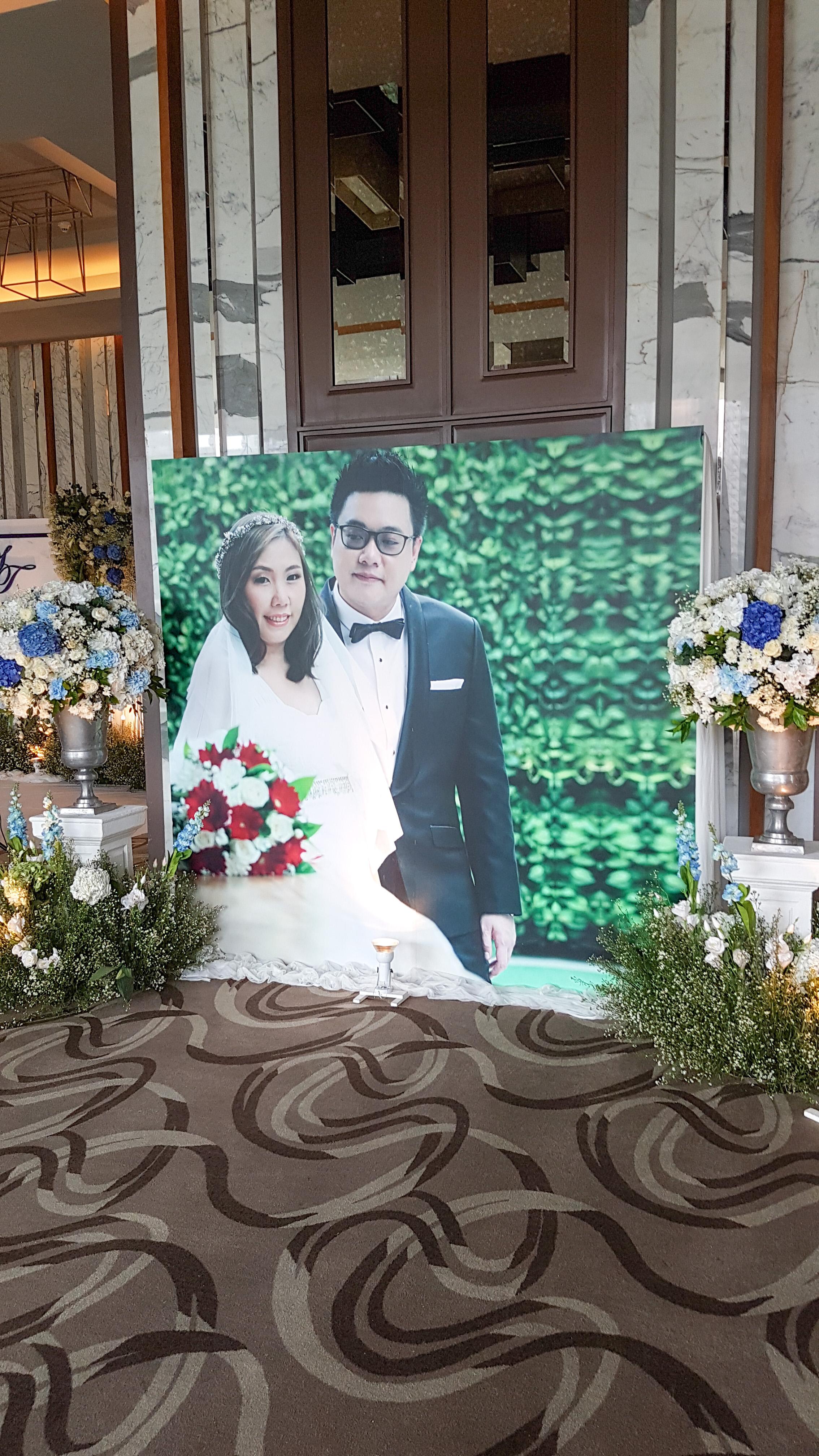 รูปบ่าวสาวบริเวณหน้าห้องจัดเลี้ยง งานแต่งงาน